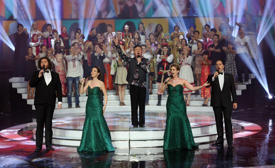 合唱了中国名曲《茉莉花》,《可爱的一朵玫瑰花》和热门单曲《小苹果