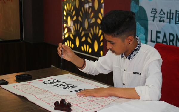 图片1:Sakar-Dahal表演中国书法.jpg